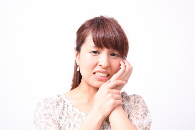 顎へ負担をかけ続けることも原因になります