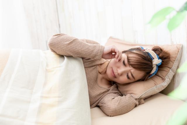 不眠症の症状に悩む女性