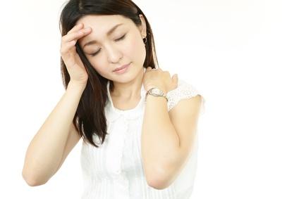 肩こりから来る辛い症状に悩む女性