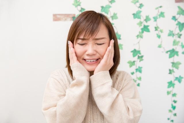 顎関節症の辛い症状に悩む女性